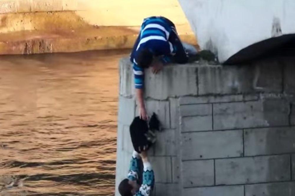 (VIDEO) HEROJ IZ NIŠA: Pogledajte kako je spasao psa iz ledene reke!