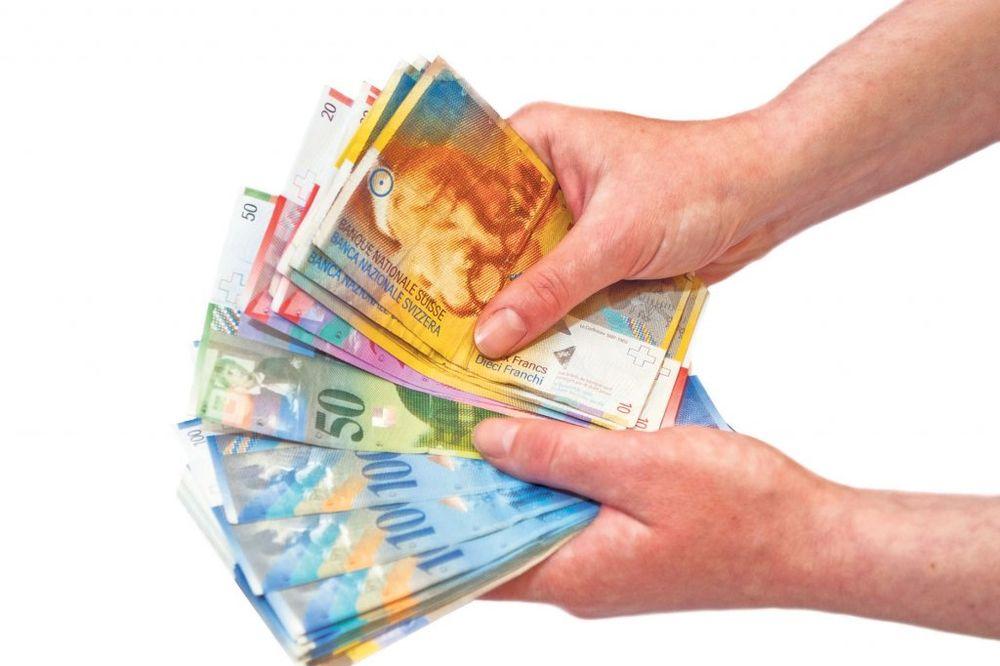 ZAPLENA CARINIKA: Srbi švercovali 200.000 franaka u autu