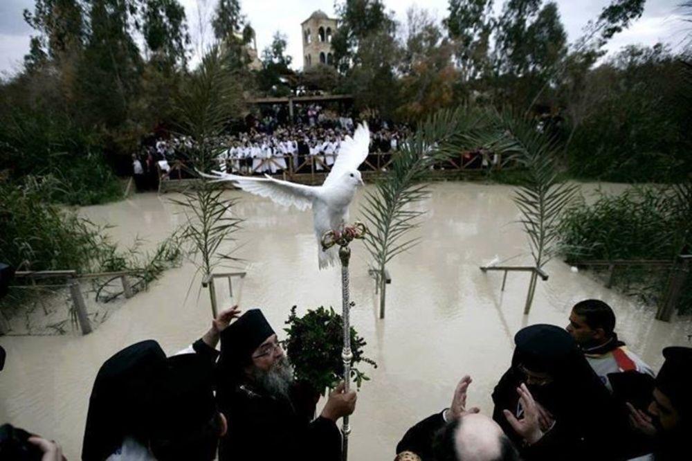 (FOTO) VELIKO ČUDO NA RECI JORDAN: Na žezlo patrijarha Teofila sleteo beli golub!