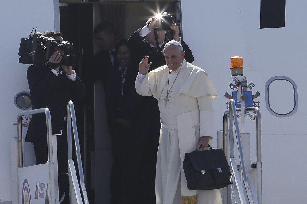 PAPA FRANJA: Katolici ne treba da se razmnožavaju kao zečevi