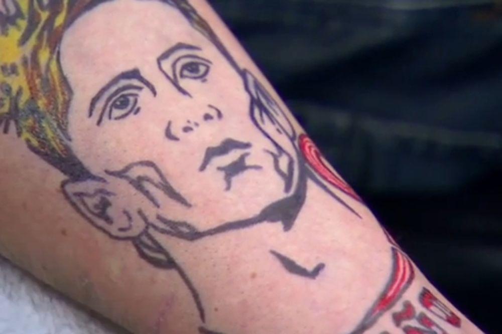 (VIDEO) IZGUBIO GLUPU OPKLADU: Škot morao da istetovira lik Fernanda Toresa