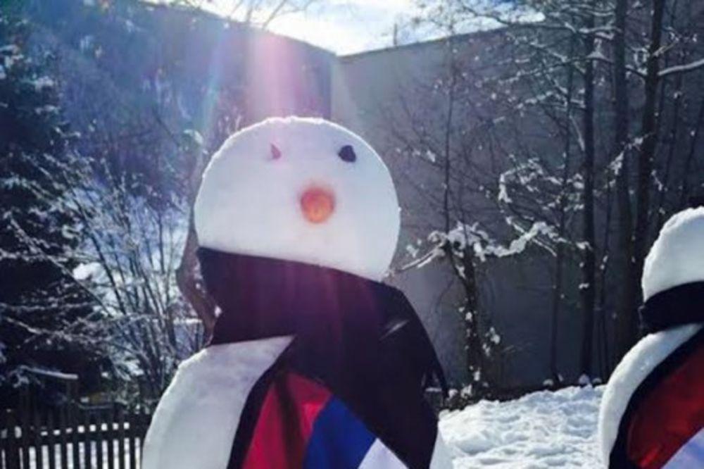 JA SAM NAJLEPŠI: Sneško Belić sa srpskom trobojkom broj jedan u Davosu