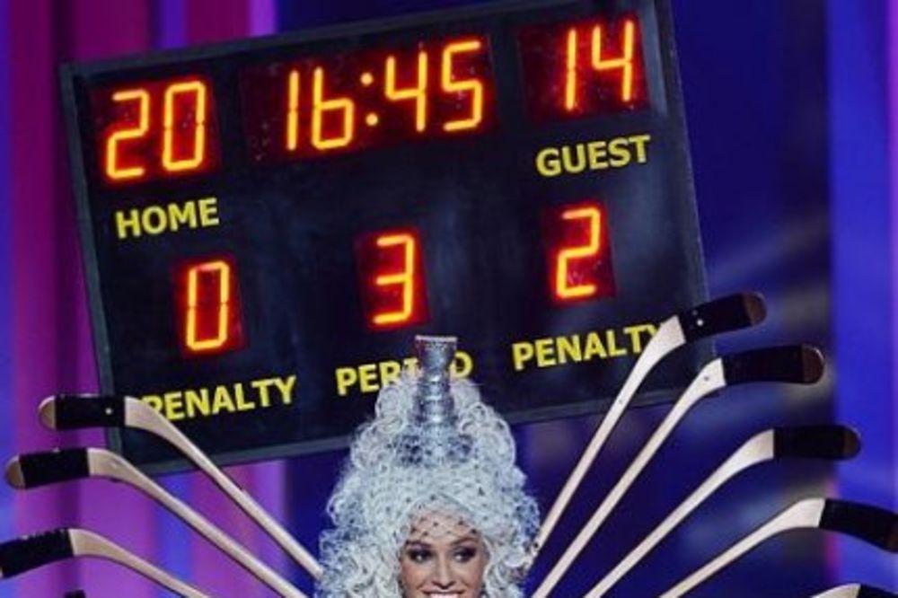 (VIDEO) Najlepša žena sveta opčinjena hokejom