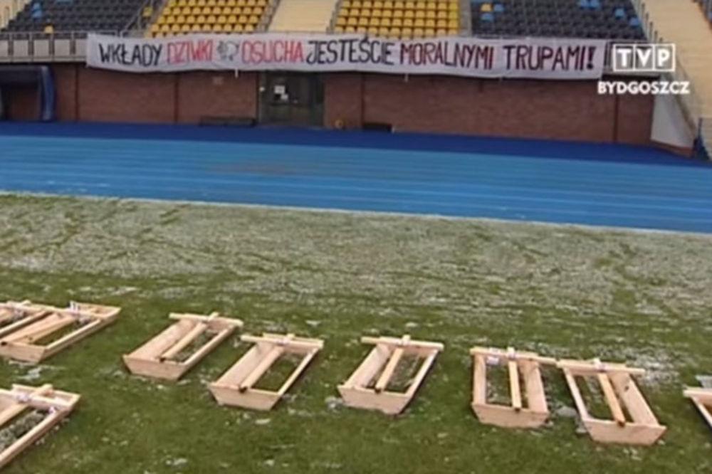 (VIDEO) MORBIDNA PRETNJA NAVIJAČA: Mrtvački sanduci za poljske fudbalere ako ne izbore opstanak!