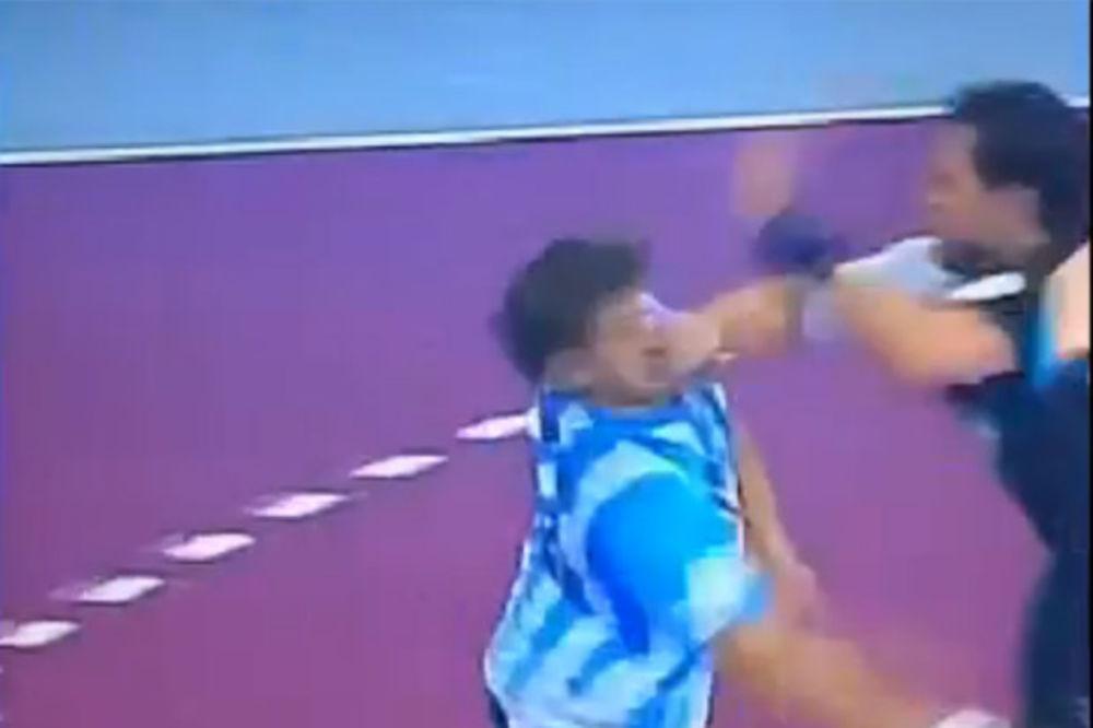 (VIDEO) Ovako brutalan prekršaj nikada niste videli na rukometnoj utakmici
