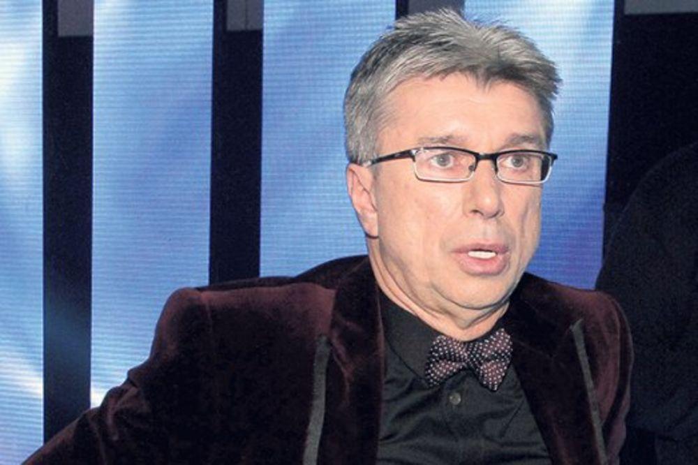 SKOČIO NA FOTELJU: Saša Popović se umalo polomio!