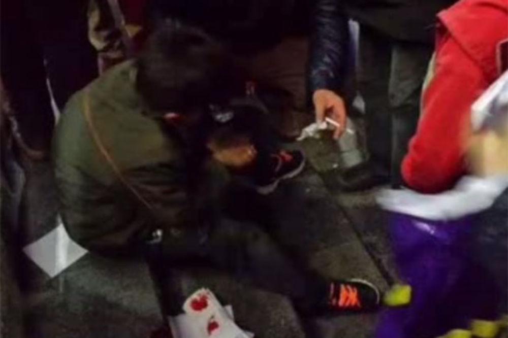 GDE ĆE MU DUŠA: Menadžer turskog fast fuda pretukao dete izbeglicu jer je pojelo ostatke hrane!