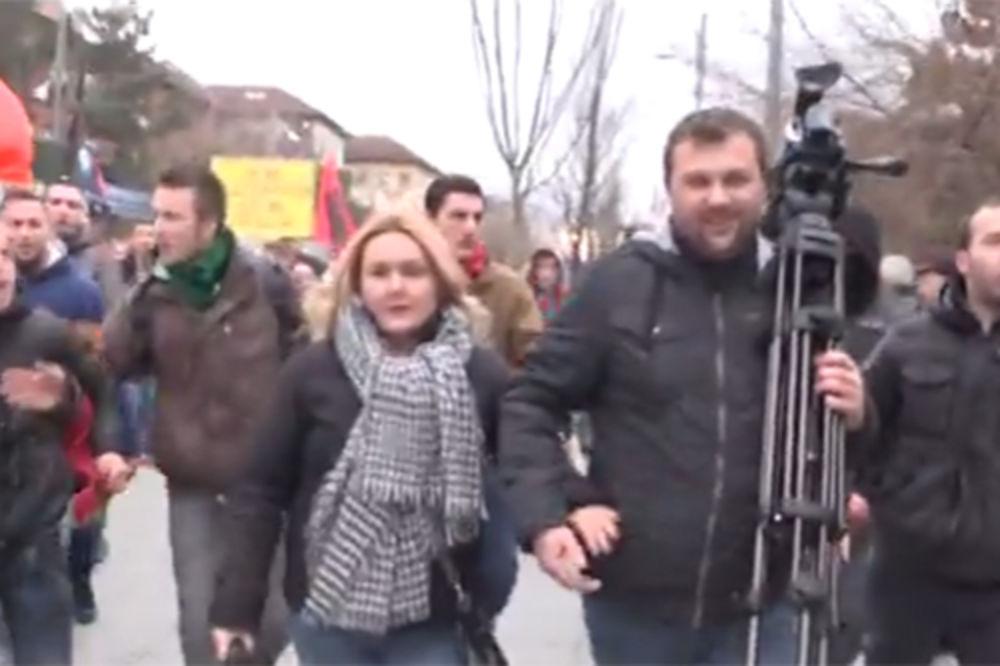 (VIDEO) DEMONSTRACIJE U PRIŠTINI: Pogledajte kako je rulja napala srpske novinare!