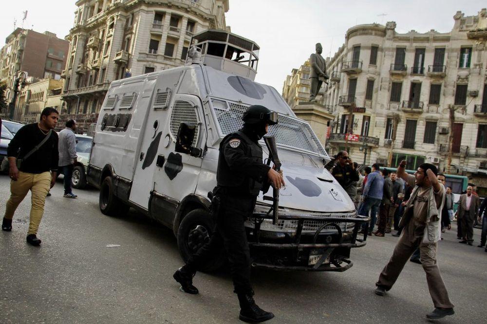 STRAHOTA U KAIRU: Držala ružu u ruci kad su je policajci ubili!