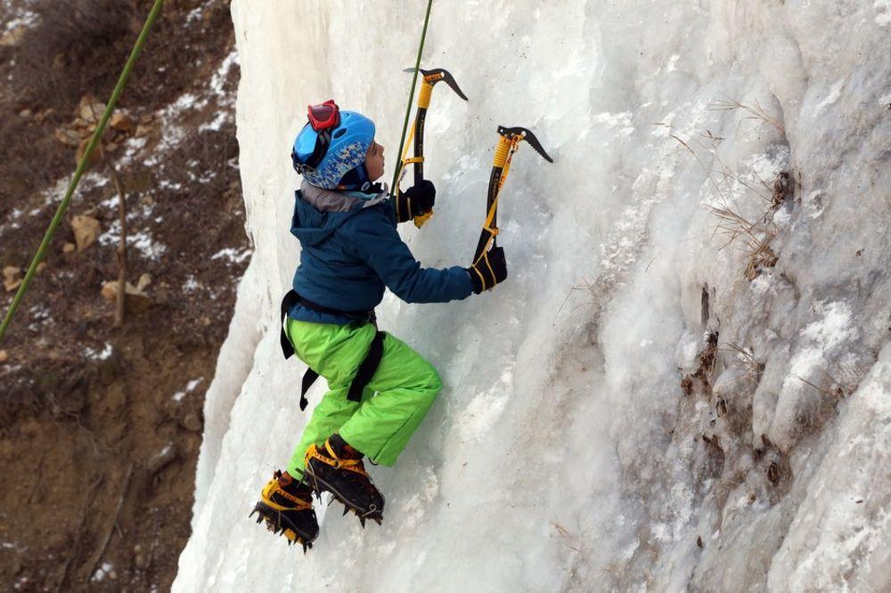 ZASENIO SVE: Osmogodišnjak se popeo na 30 metara visoki zaleđeni vodopad
