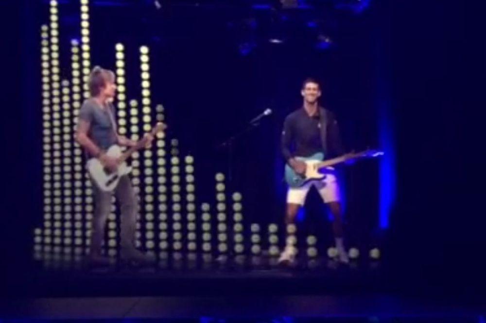 (VIDEO) ROKER: Pogledajte kako Novak Đoković svira solo sa mužem Nikol Kidman