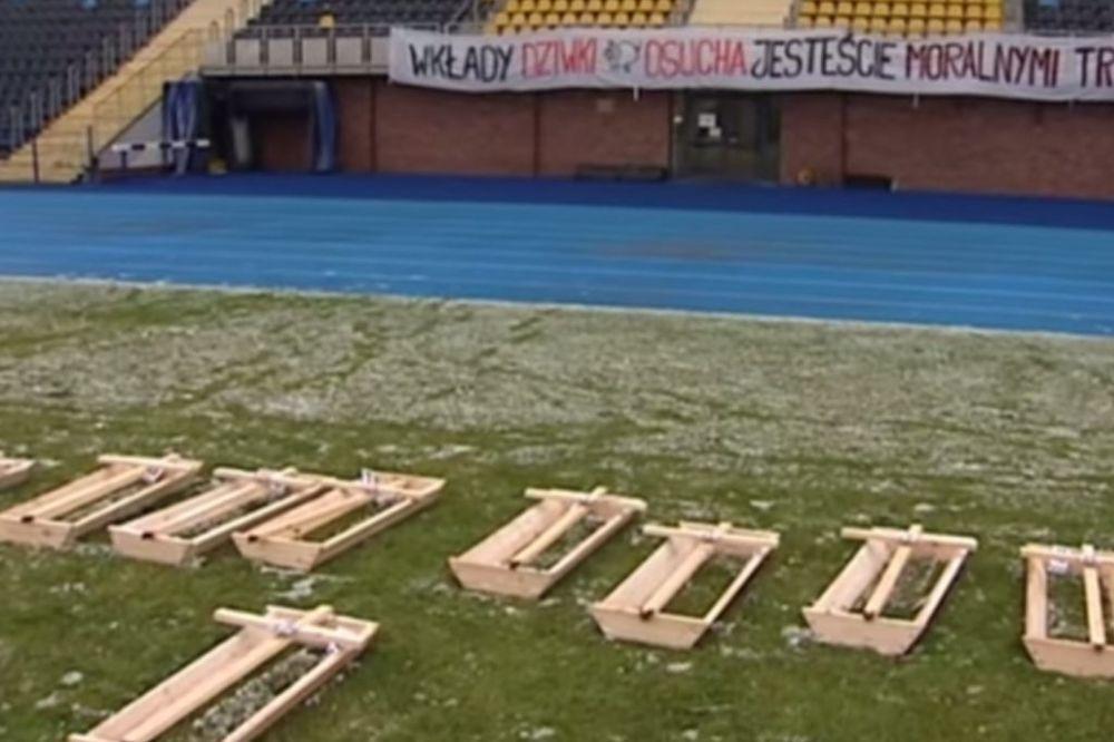 (VIDEO) ISPADANJE IZ LIGE DONOSI KOVČEG: Navijači Bigošća zapretili fudbalerima