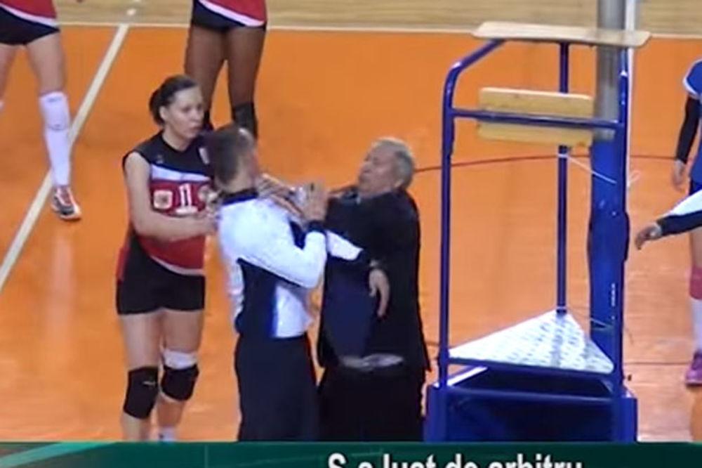 (VIDEO) RUMUNSKI ŠERIF: Lokalni političar uleteo na teren i hvatao za vrat odbojkaškog sudiju!