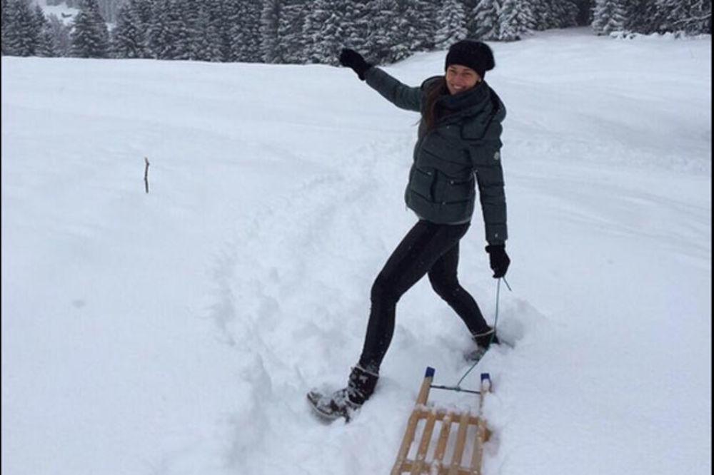 (FOTO) A GDE JE BASTIJAN? Ana sama u snegu na sankanju
