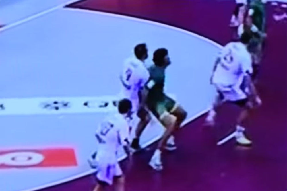 (VIDEO) NIJE BIRAO SREDSTVA: Hrvat Igor Vori tokom meča štipkao za guzu Brazilca