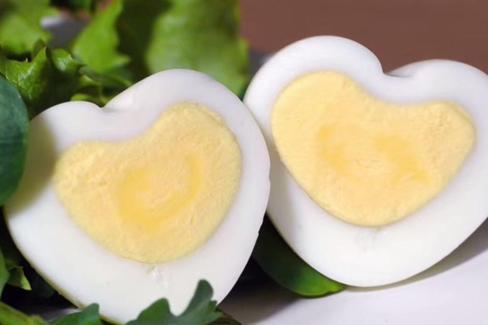 (VIDEO) DOLAZI VAM DEČKO: Napravite kuvano jaje u obliku srca!