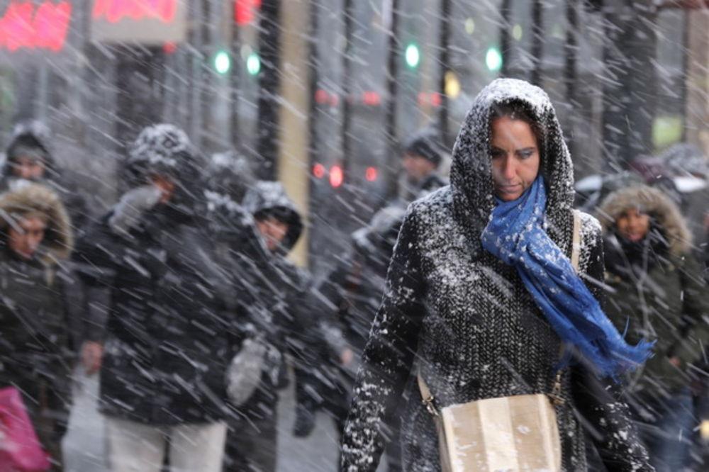 (VIDEO UŽIVO) OPSADNO STANJE ZBOG SNEŽNE MEĆAVE: Gledajte kako sneg zatrpava Njujork!