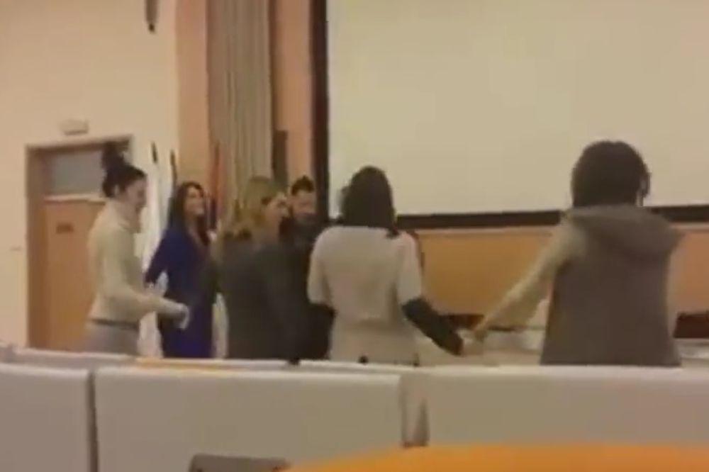 (VIDEO) MAMA, UPIŠI ME NA MEGATREND: Ekstra Nena i studenti igrali kolo na predavanju!
