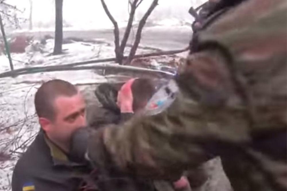 (VIDEO) MALTRETIRANJE ZAROBLJENIKA: Donjecki komandant hranio ukrajinske vojnike činovima s uniformi