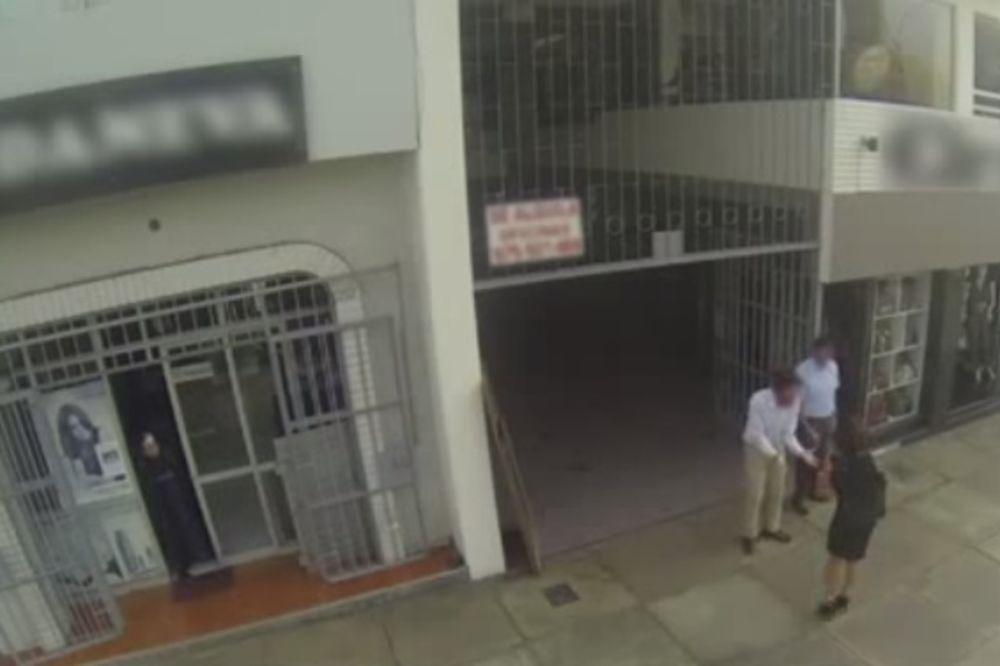 (VIDEO) NIJE JE PREPOZNAO: Dobacivao i divio se maminoj guzi nasred ulice!