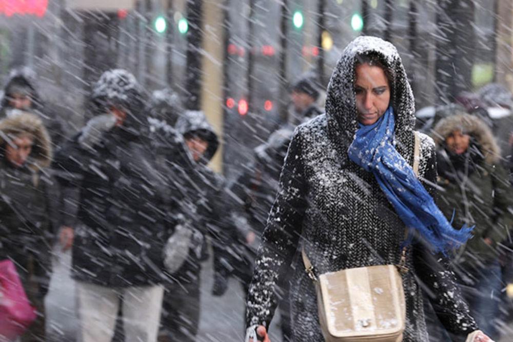 (VIDEO) NJUJORK IMA SREĆE: Sneg pada, ali ništa od snežne oluje opasne po život