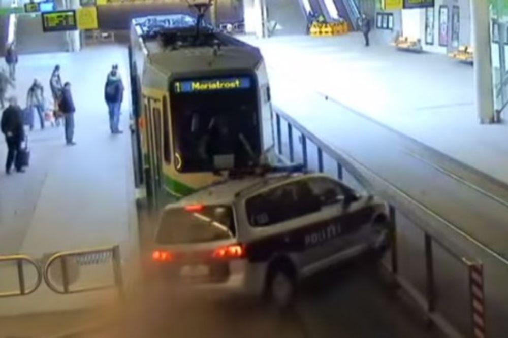 (VIDEO) FILMSKA POTERA: Jureći pljačkaša policajci se zakucali u tramvaj pun putnika!