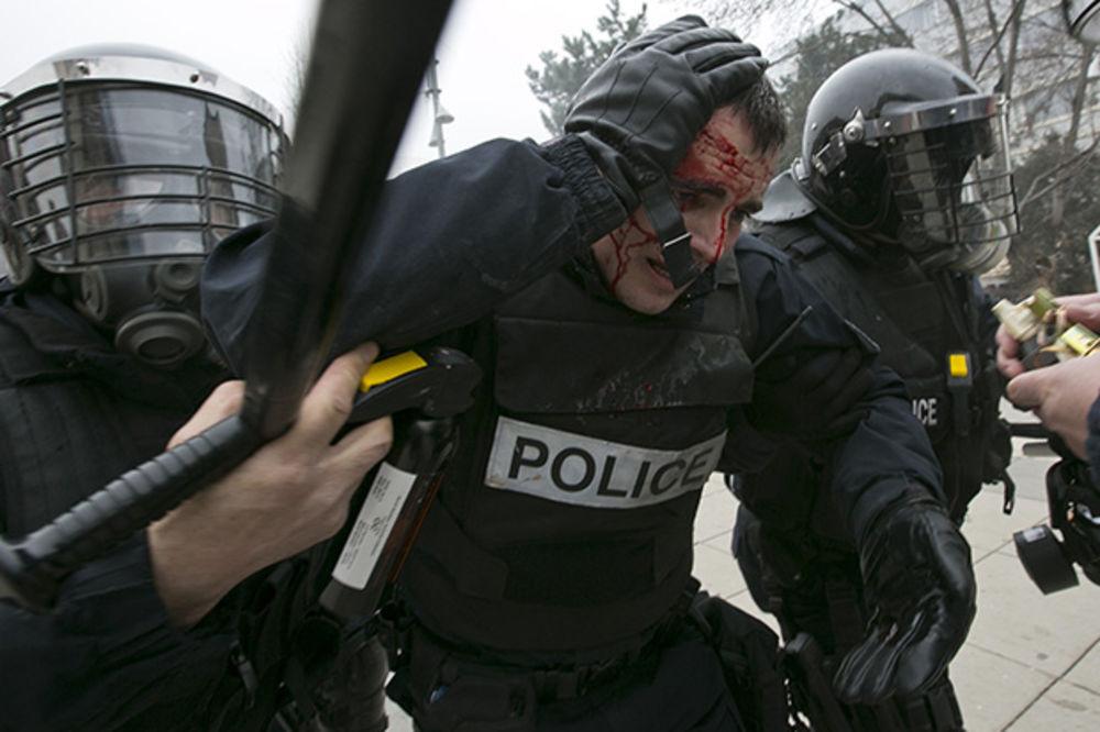 (VIDEO) SUKOBI NA ULICAMA PRIŠTINE: Povređeno 30 policajaca, Albanci kamenicama gađali specijalce!