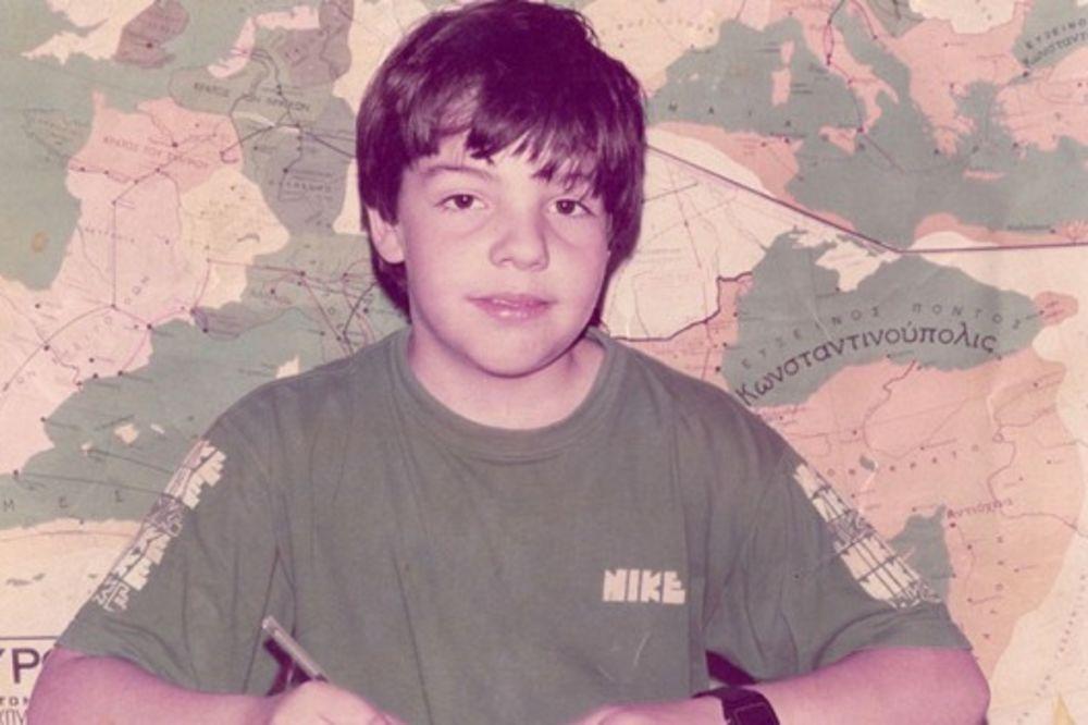 SIGURNO ZNATE OVOG POLITIČARA: Dečak sa slike proteklih dana više je na TV od Obame i Putina!