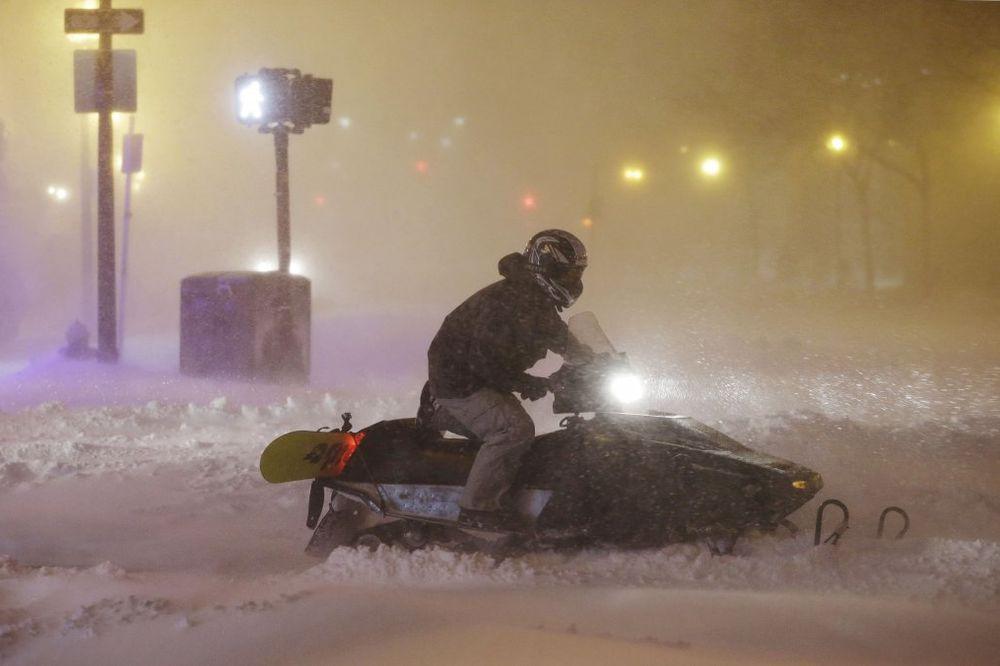 (VIDEO) ZATRPANI SNEGOM: Snežna oluja na istoku SAD ubila dvoje, 45.000 ljudi nema struju