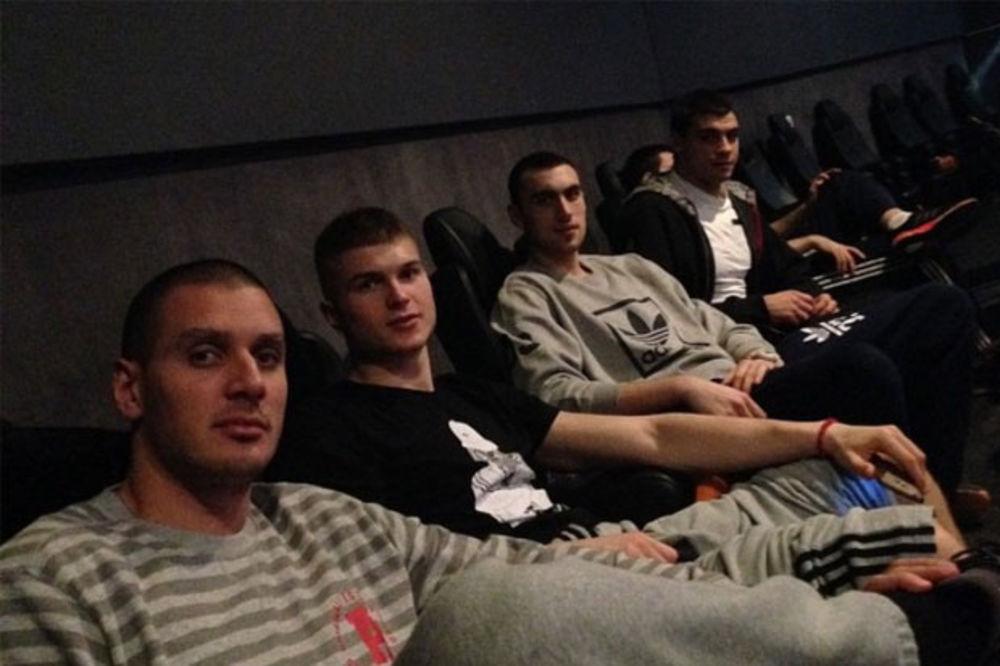 (FOTO) POGODITE KOJI SU FILM GLEDALI: Košarkaši Partizana kolektivno otišli u bioskop