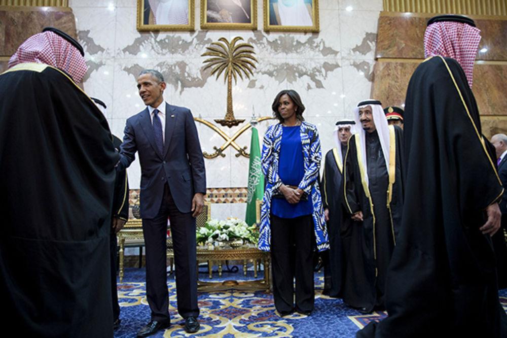 (VIDEO) ODBILA DA SE POKRIJE MARAMOM: Mišel Obama došla u Saudijsku Arabiju gologlava!