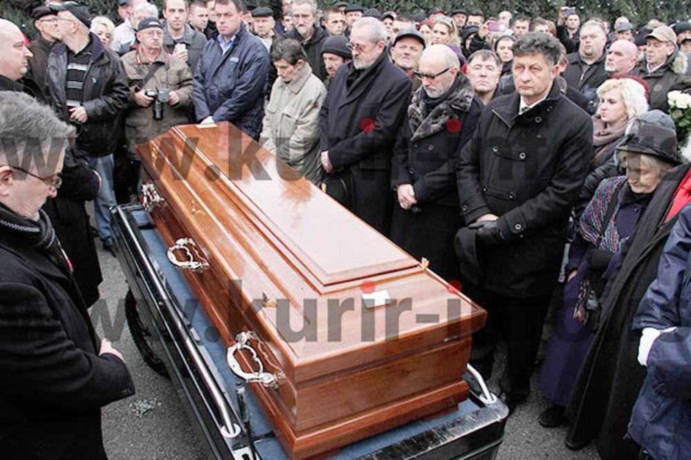 (FOTO) SUZE I RUŽE NA KOVČEGU: Kemal sahranjen uz stihove pesme Sarajevo, ljubavi moja
