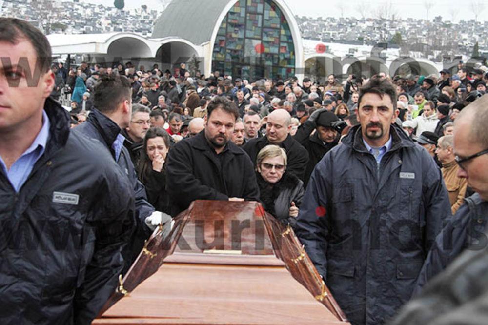 (KURIR TV) POSLEDNJE ZBOGOM: Pogledajte, hiljade ljudi ispratilo Kemala Montena do večne kuće!