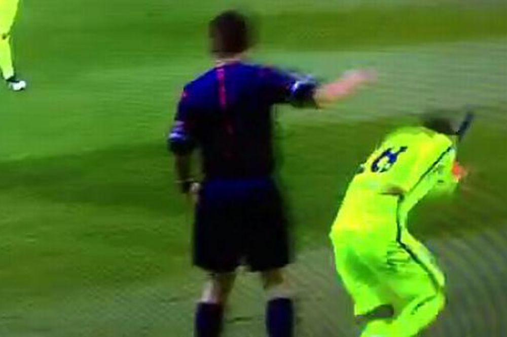(VIDEO) NEMOJ PO GLAVI DRUŽE... : Pogledajte kako je sudija udario beka Barselone