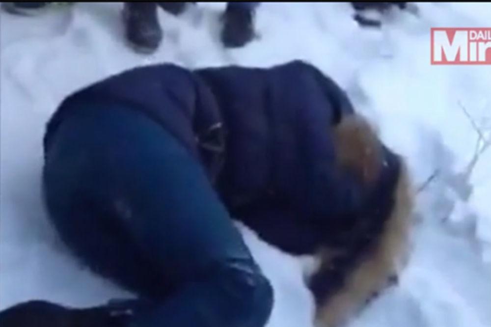 (UZNEMIRUJUĆI VIDEO I FOTO) KRVNIČKI PRETUKLI DRUGARICU: Šutirali je u lice i čupali za kosu!