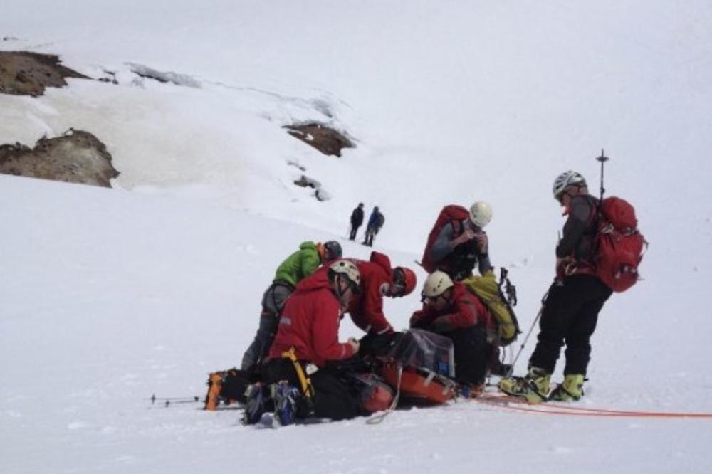ČUDO: Lavina zatrpala skijaša, a posle sat i po ga izvukli živog i zdravog!