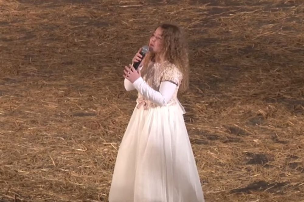LENA ZVANA ANĐEOSKI GLAS: Pogledajte kako je Pinkova zvezdica pevala na Božićnom koncertu