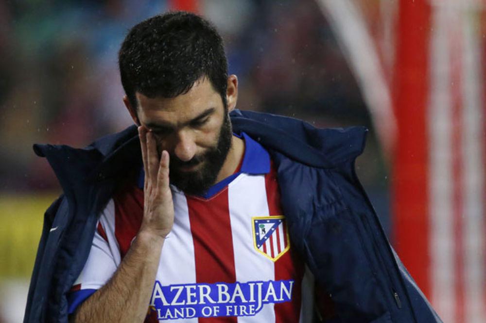 (VIDEO) LUDNICA U MADRIDU: Fudbaler Atletika tokom meča kopačkom gađao sudiju!