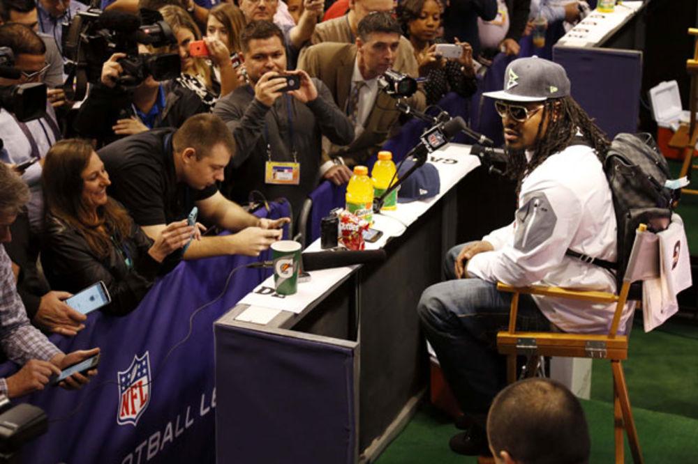 (VIDEO) NAJBIZARNIJA KONFERENCIJA ZA MEDIJE: NFL zvezda 5 minuta ponavljala istu rečenicu