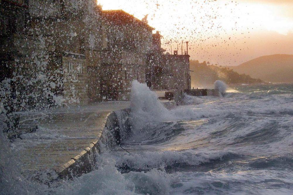 (VIDEO) CRVENI ALARM: U Dalmaciji orkan, splitska riva pod vodom, a zapad BiH potapaju kiše!
