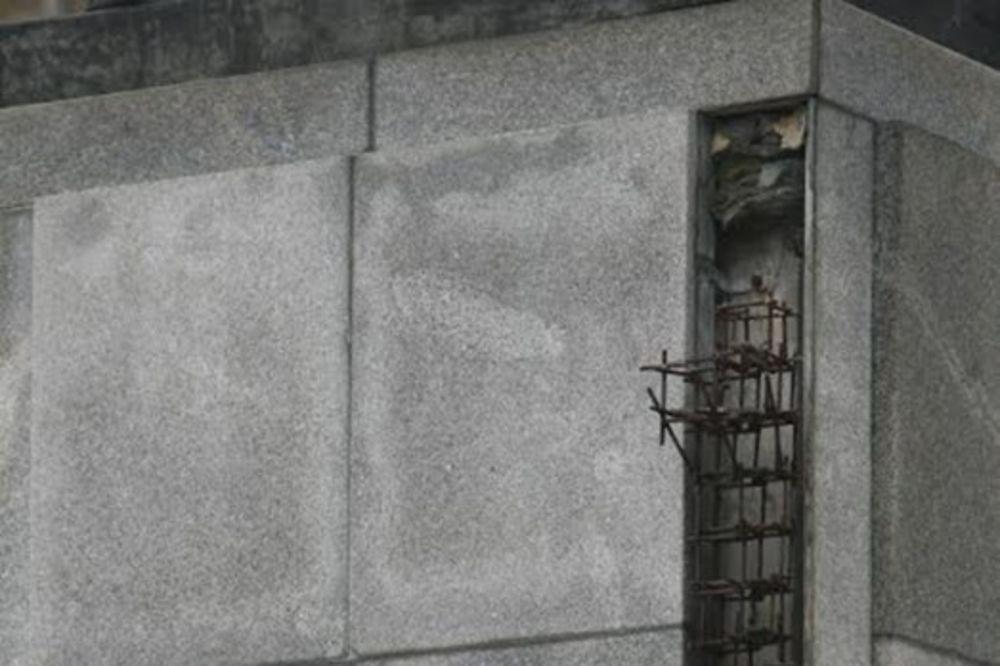 ( FOTO) SPASITE NIKOLU PAŠIĆA: Otpadaju delovi spomenika srpskom državniku
