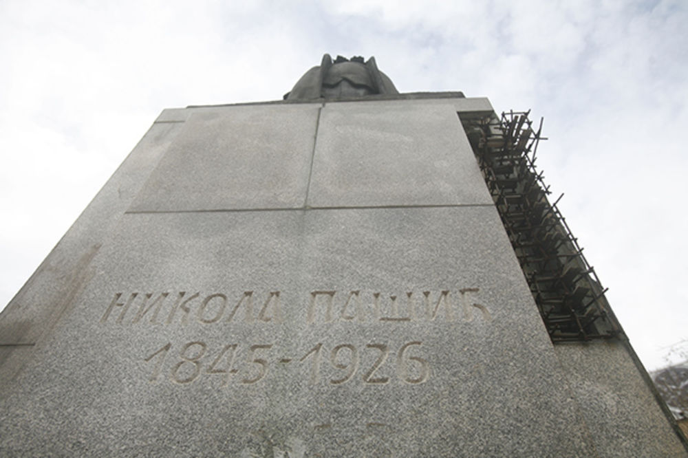 OPASNOST U CENTRU BEOGRADA: Raspada se spomenik Pašiću, otpadaju kamene ploče!