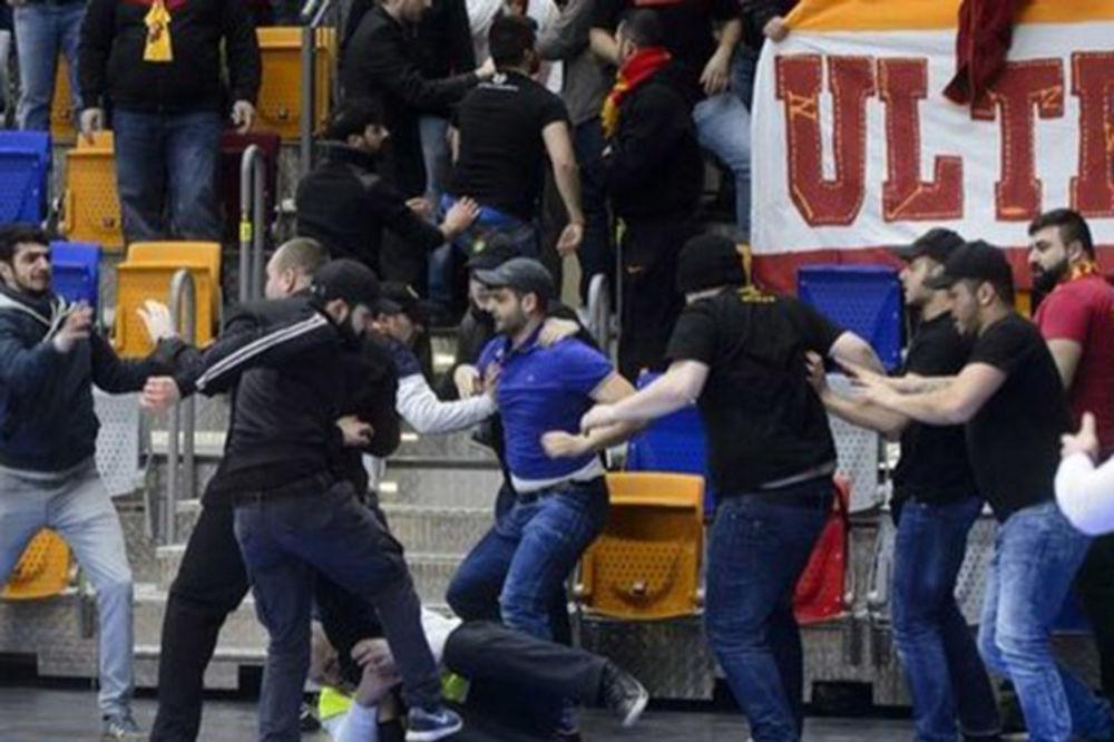 (VIDEO) Navijači Galatasaraja izazvali incident na ženskoj košarci