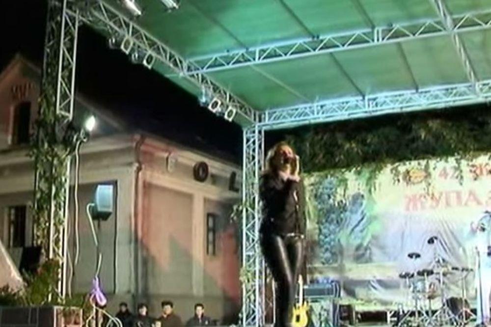 URNEBESNO: Pogledajte kako Ana Bekuta propada kroz binu (VIDEO)