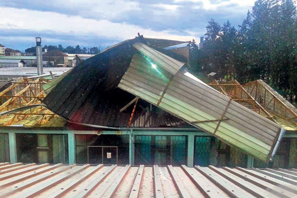 Olujni vetar nosio krovove s kuća