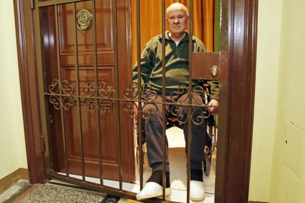 ZABRANILI ČOVEKU DA KORISTI LIFT: Bolesni penzioner pola godine zarobljen u stanu!