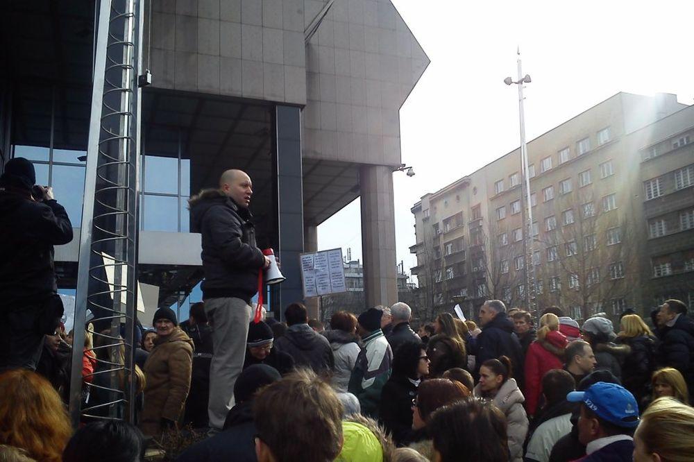 (FOTO i VIDEO) STEŽE IH ŠVAJCARAC: Više stotina građana protestvuje zbog kredita u francima