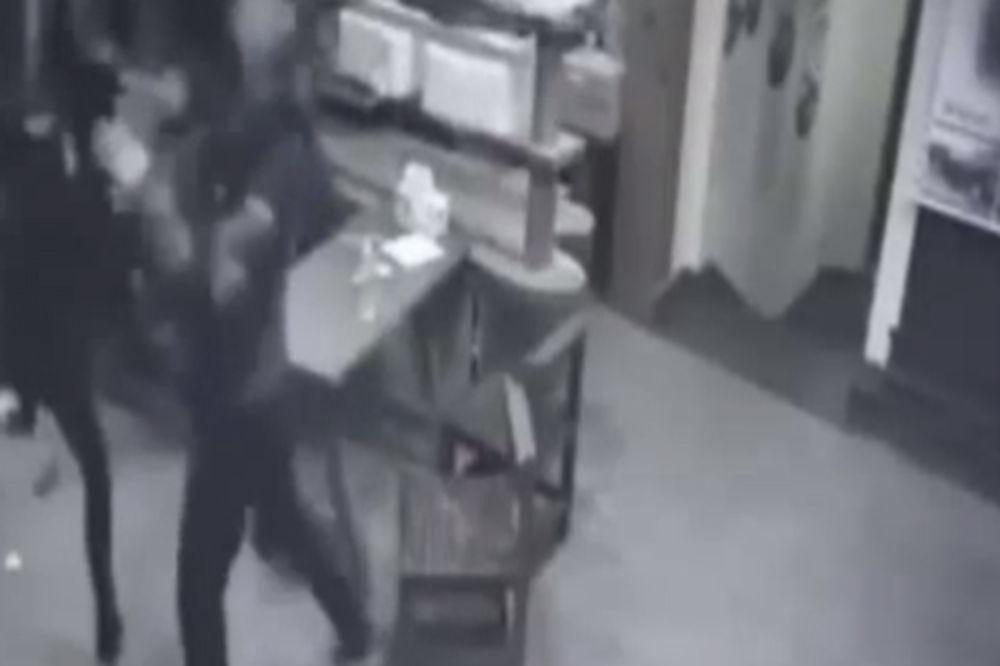 (VIDEO) DA LI JE OVO ĆERKA BRUS LIJA: Pogledajte kako je devojka rasturila trojicu nasilnika