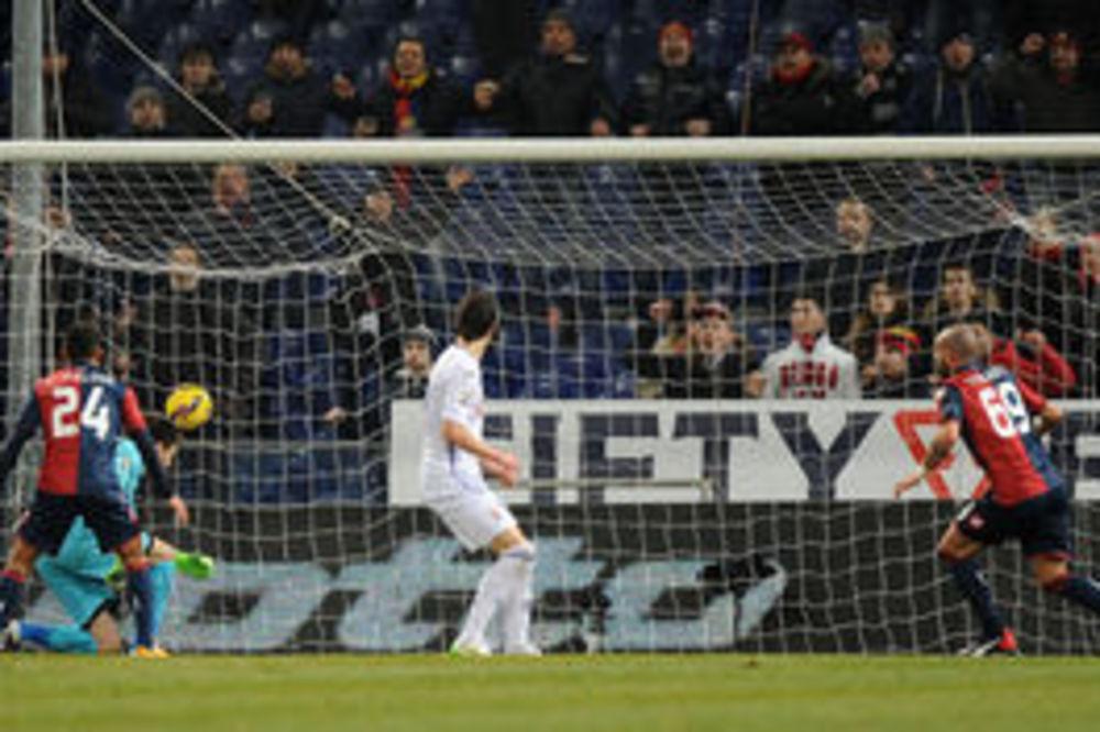 (VIDEO) PROMAŠIO STRANU: Golman Fiorentine postigao jedan od smešnijih autogolova