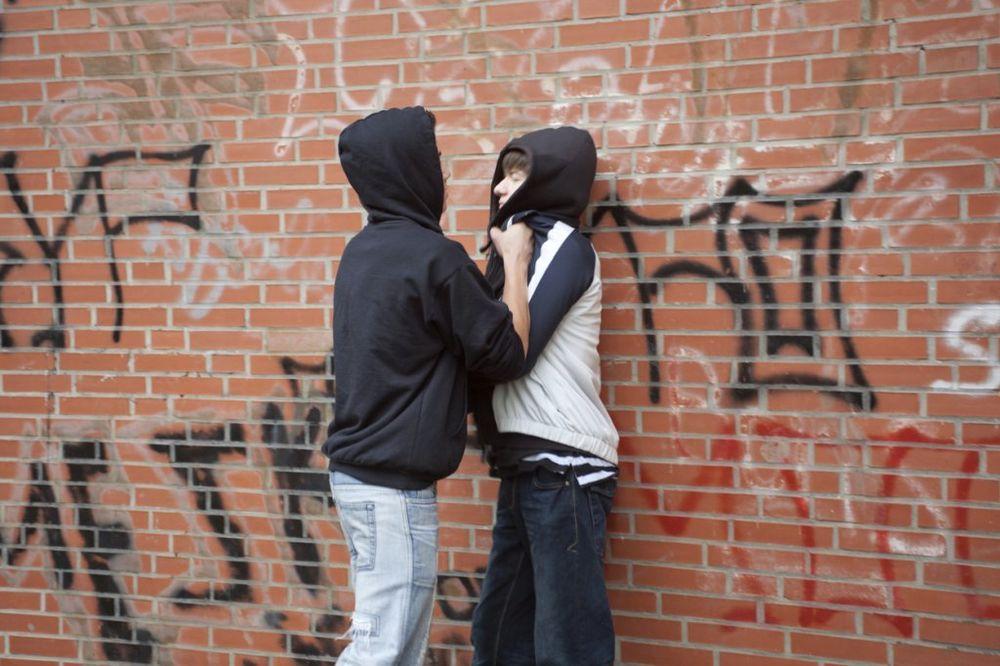 ŠTA RADI OBEZBEĐENJE: Maloletni razbojnici (17) otimaju jakne i patike osnovcima!